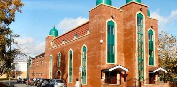 إمام مسجد يعتدي على أحد المصلين ويتسبب في كسر يديه