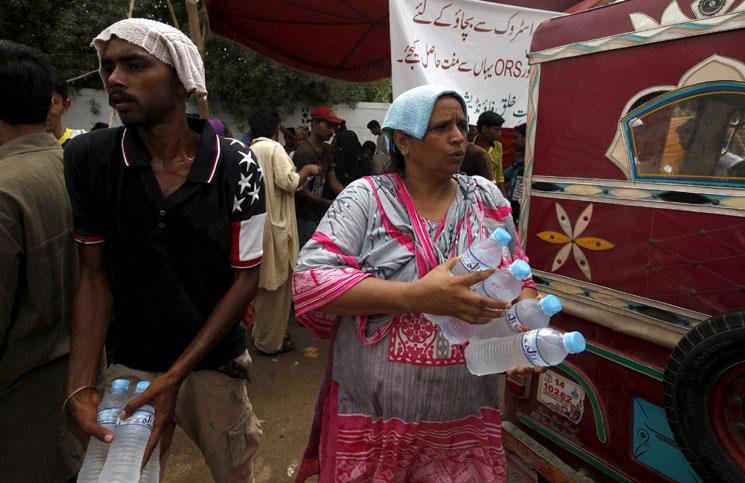 علماء دين في باكستان يحللون الإفطار بسبب موجة الحر