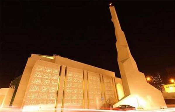 """إمام مسجد أم درمان يهاجم الفنانين ويطالبهم بـ""""التوبة"""""""