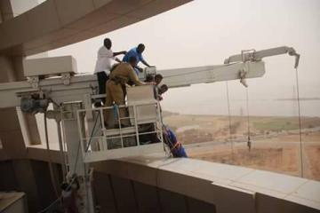 الدفاع المدني ينقذ عمالاً علقت بهم رافعة صيانة ببرج شركة النيل للبترول