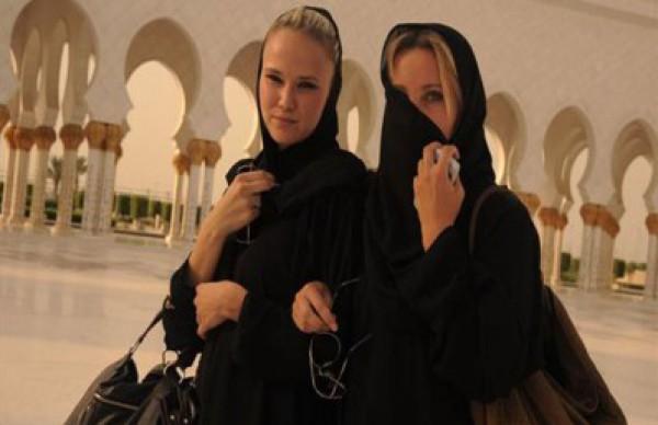"""بالصور.. رمضان في الخليج: سائحات بالحجاب و أوربيون يستمتعون بالشيشة و""""قمر الدين"""""""