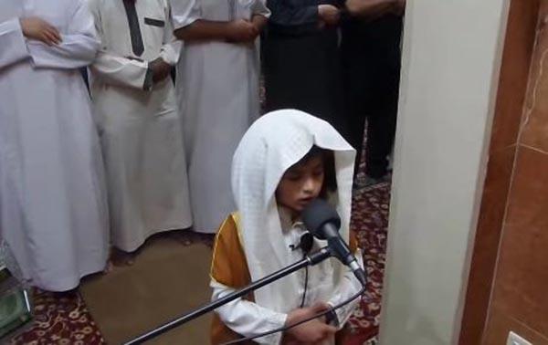 بالصورة: طفل يؤم المصلين في التراويح.. ويُدهشهم بصوته الشجي