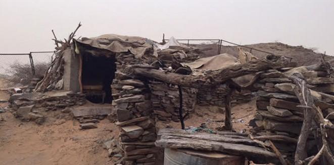 """بالصور.. """"عم محمد"""" عجوز يعيش في غرفة من الحطب والحجر بدون كهرباء"""