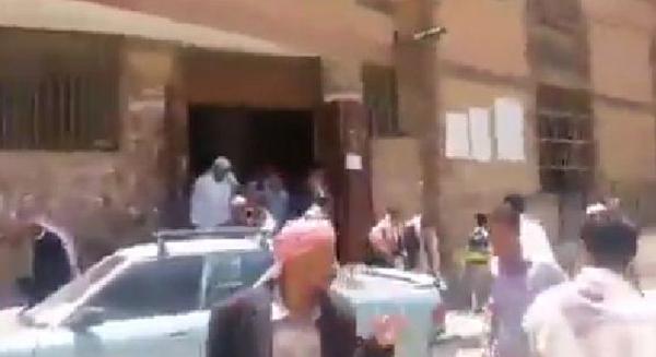 أغلقت الرياح باب مسجد بمنطقة عسير بالسعودية فهرب المصلون