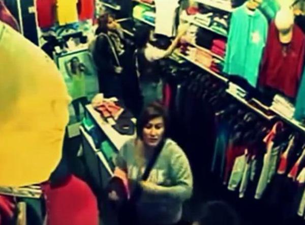 ثلاث فتيات حسناوات يسرقن محل ملابس