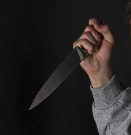 متهمان يسددان طعنة بالسكين للشاب عبد المجيد في جزء حساس من جسده