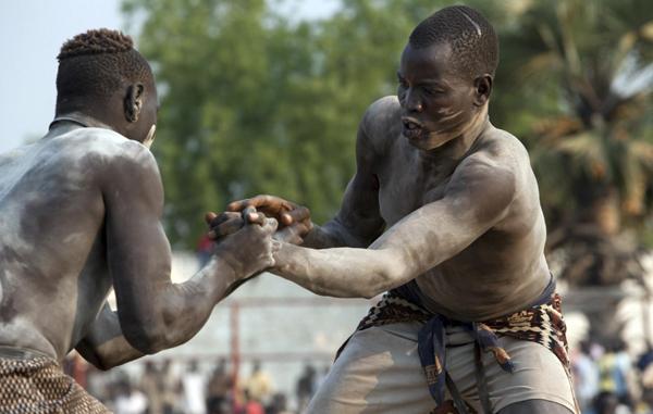 المصارعون السودانيون.. بعيداً عن الأضواء وقريباً من العطرون والكوارع والدخن..