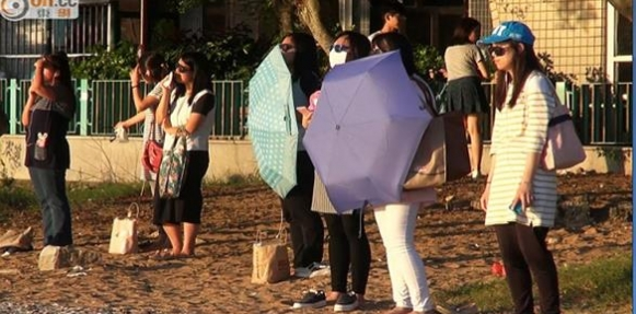 نساء يحدقن بالشمس لإنقاص وزنهن