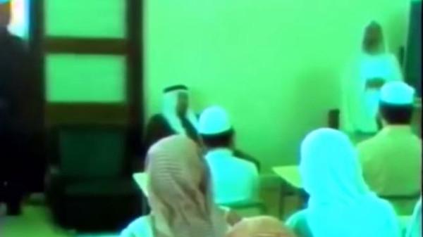 فيديو نادر للملك خالد والملك عبدالله يحضران درسا قرآنيا