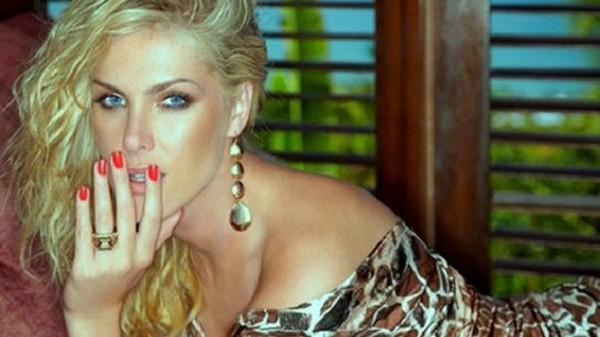 ملكة جمال تركيا المثيرة للجدل تطلب فتوى غريبة من مشايخ الدين!