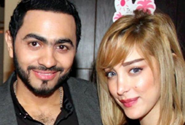 تامر حسني يهرب من تقبيل فتاة بسبب محاكمتها قانونياً