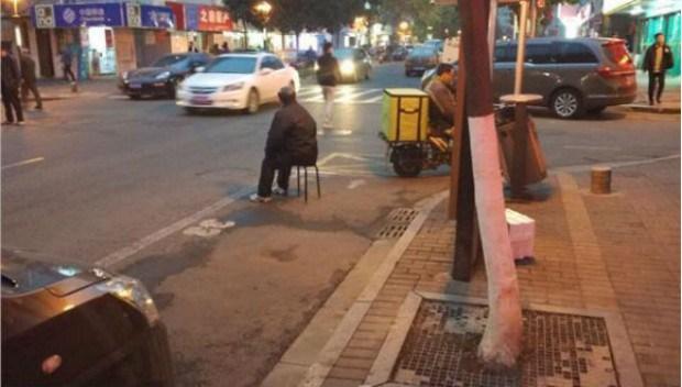 بالصور: ابن يجبر والديه على الجلوس في الشارع لمراقبة جراج سيارته