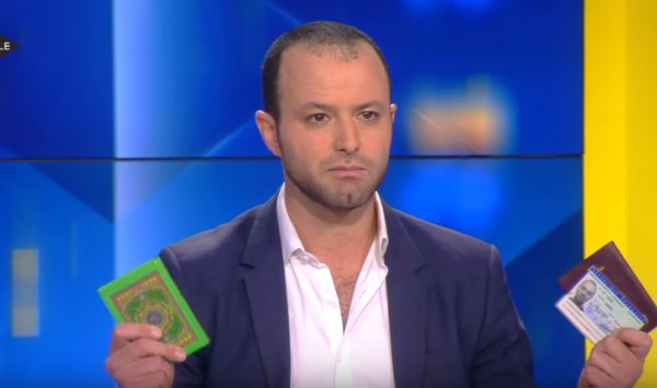فيديو لجزائري يرفع المصحف في قناة تلفزيونية فرنسية ويوجه كلمة بالعربية للبغدادي