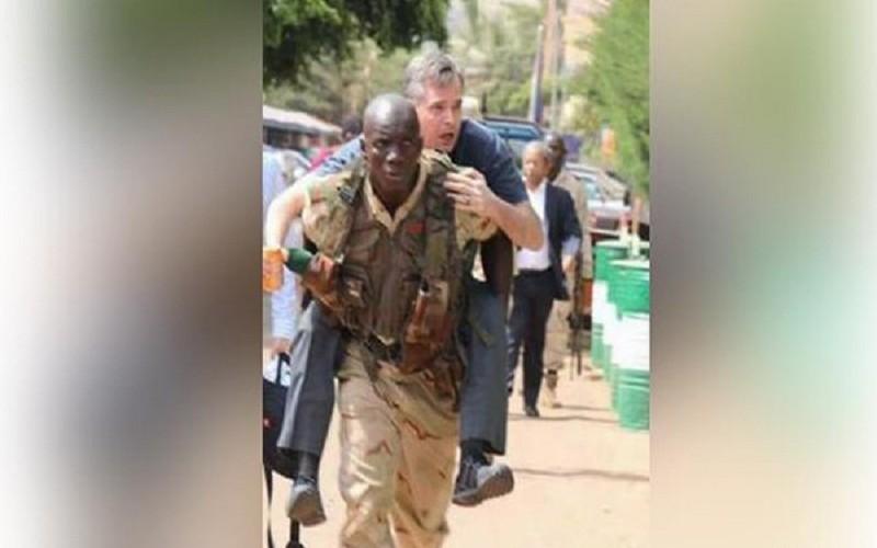 صورة لجندي مالي يحمل سائحا على ظهره تثير الجدل.. بين الشهامة وذكريات الإستعمار