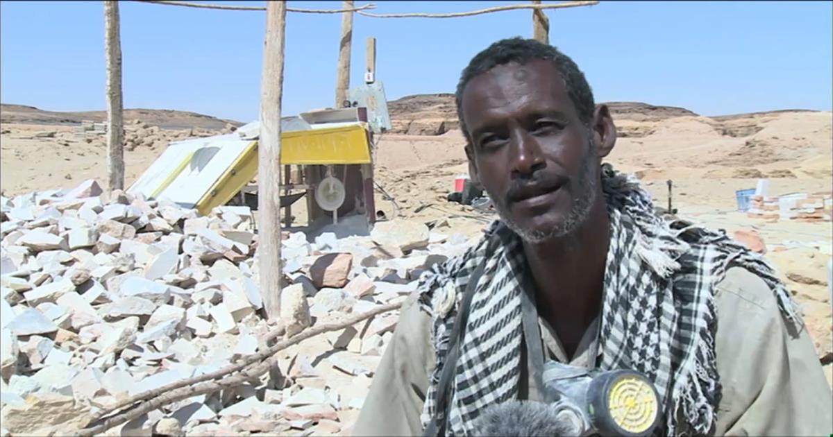 شاب سوداني يحول الصخور الصماء لطوب بناء