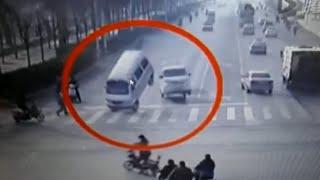 فيديو لحادث غريب ظهر في فيديو وعجز عن تفسيره الملايين.. سيارات تهتز وترتفع عن الأرض، والملايين في العالم عجزوا عن معرفة السبب