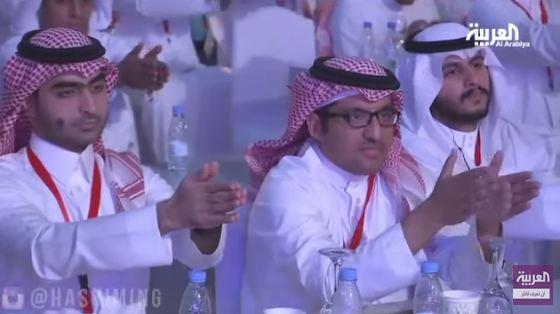 شاهد بالفيديو.. سعودي يسيطر على عقل مقدم برنامج «العربية»