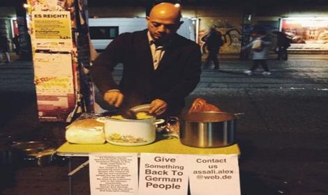 """بالصورة: لاجئ سوري يطعم المحتاجين في برلين """"ردا لجميل ألمانيا"""""""