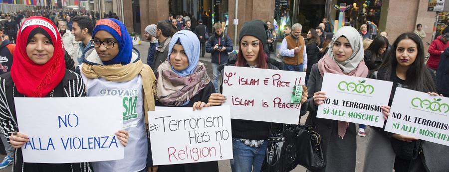 كاتب بريطاني يشن هجوماً على عنصرية شرطة أوروبا ضد المسلمين