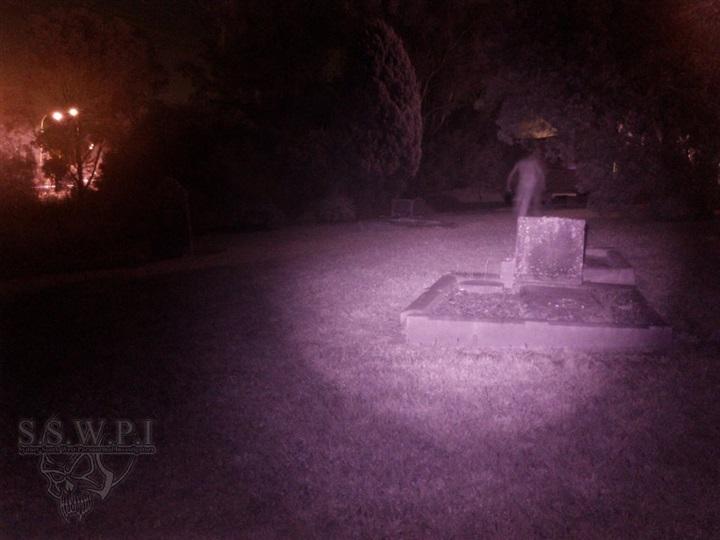 بالصورة.. «عفريت» مخيف يظهر في مقبرة مظلمة