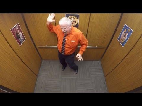 شاهد بالفيديو.. ضابط شرطة يحتفل بالتقاعد: يرقص في المصعد