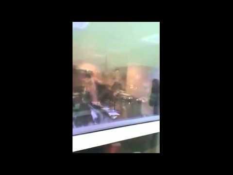 بالفيديو.. لحظة اقتلاع نافذة وإصابة فتاة بالذعر بسبب عاصفة الإمارات