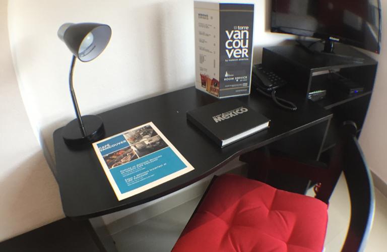 4_Maletero mesa silla y TV 2