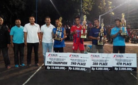 Para juara Sukun Bintaraya Cup 2016 berfoto bareng sambil menunjukkan piala dan uang pembinaan.