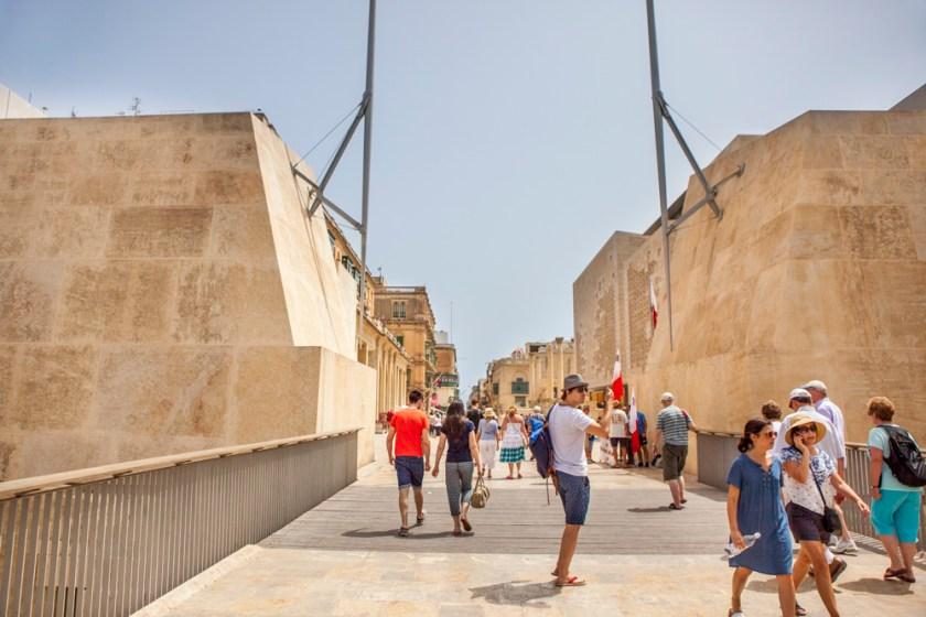 """Malta, Bastion, Bollwerk, Stadtgraen, Stadtbefestigung, Stadtmauer, EIngang nach Valletta """"City Gate"""" / Stadttor mit Blick auf die Republic Street, Einkaufsstraße, Hauptgeschäftsstraße"""