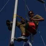 Mastetrinn monteres i masta av skippern på Mallorca!
