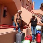 Julegaver, utstyr og diverse var med i kofferten ned. Her er det meste tømt, og pensjonistene er klare for hjemturen.