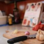 Matlaging må også til, Ingunn trives på kjøkkenet med Trines kokebok :)