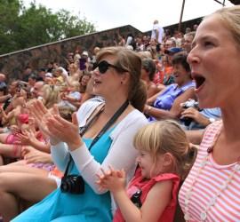 Annette og Maren koser seg veldig sammen med tante Ingunn på delfinshow