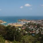 Utsikt over St Georges, havna og ankerplassen på utsiden der Spinnvill ligger.
