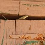 En liten gekk i dørkarmen