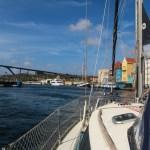 Svingbroa i Willemstad går opp for oss.