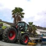 Man bruker ikke heisekran lengre, nå er det monster-traktor og henger.