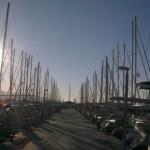 Alimos havn i Athen, i enden av brygga ligger SY Cappricio fortøyd under Athenien Yatch sitt flagg.