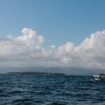 Etter to netter på havet ruller vi inn mot San Blas, Kuna Yala. Nomad på vei inn gjennom revet forran oss.