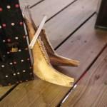 Ja, han spiller på en hestekjeve! og ja, det blir bra lyd når tennene skrangler :)