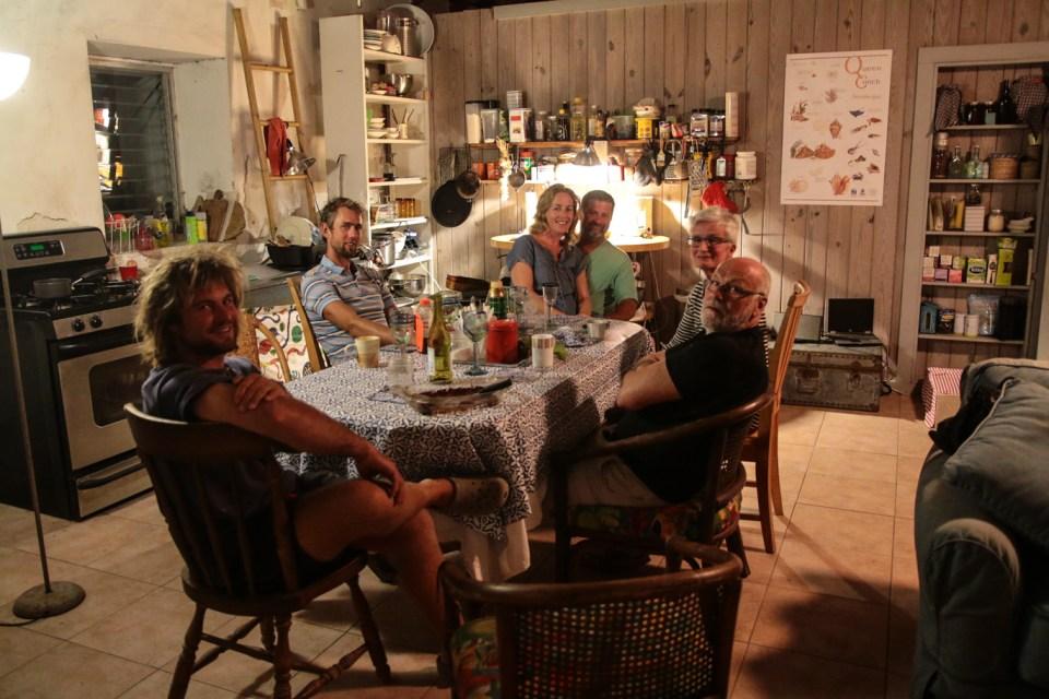 Vi var så heldige å bli invitert på middag av disse herlige menneskene, Gro og Bobby i senter, Erik fv, Marit og Kjell (Gros foreldre).