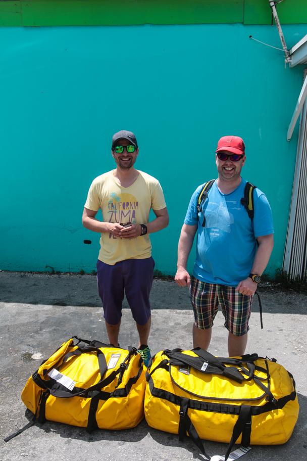 Endelig er Atlanterhavsmannskapet på plass. To vinterbrune karer med matchende bagger, fv. Sten og Rune klare for tur.