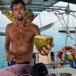 Skipper'n tilbyr nykappet, fersk kokosnøtt til de nyankomne