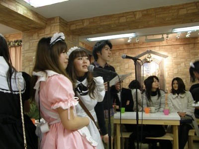 Live-Synchronisation in einem Maid-Cafe in Akihabara