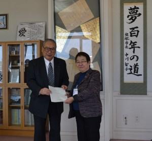 要望書を手渡しする宮本博司会頭と中川智子市長