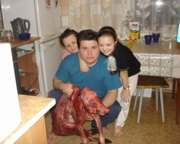 worst funny family photobomb photos, this ugly thing is awkward