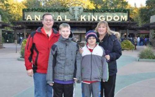 anal kingdom funny signs, funny family photos, bad family photos, strange, weird, awkward family, stupidity, horrible family, wtf