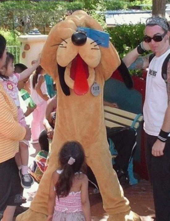 Disney Land, Disney World, Pluto, Magic Kingdom, Family Photos, worst family pictures, funny pictures, awkward family photos bad family stupid fotos lol lmfao, giving pluto a bj