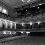 Vista da sala dende un lateral do escenario