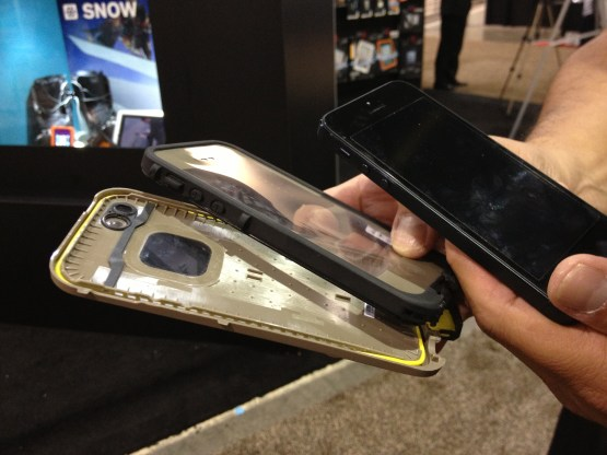 El iPhone fuera del estuche de Lifeproof. Ntese la banda amarilla. Esta es la que sella el estuche, evitando que lquidos penetren hasta el equipo. (foto: James Lynn/Tecnetico.com)